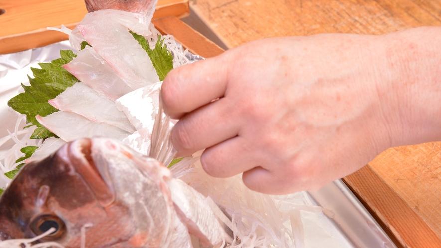 *厨房にて/女将が料理長も兼任。お客様にご満足いただけるよう一品一品心を込めて。