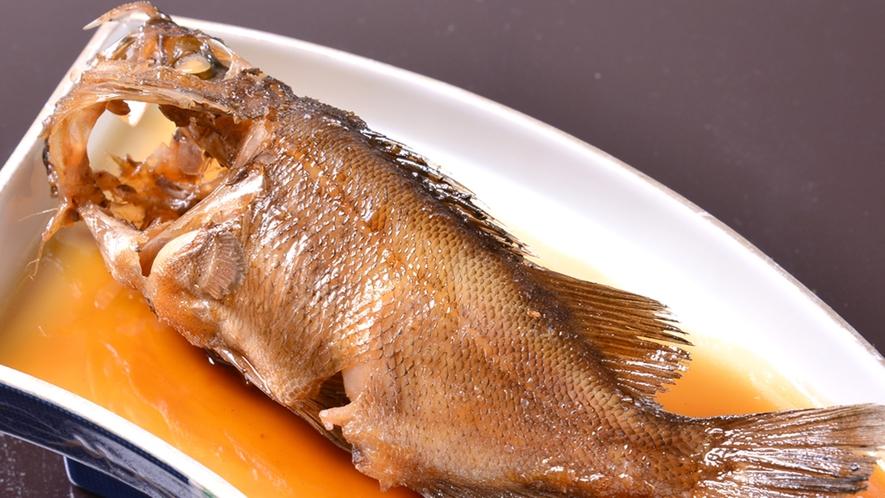 *お夕食一例(メバルの煮付)/熱々の煮汁にさっと煮付ける。身がふわふわで甘辛い煮汁とよく合います。