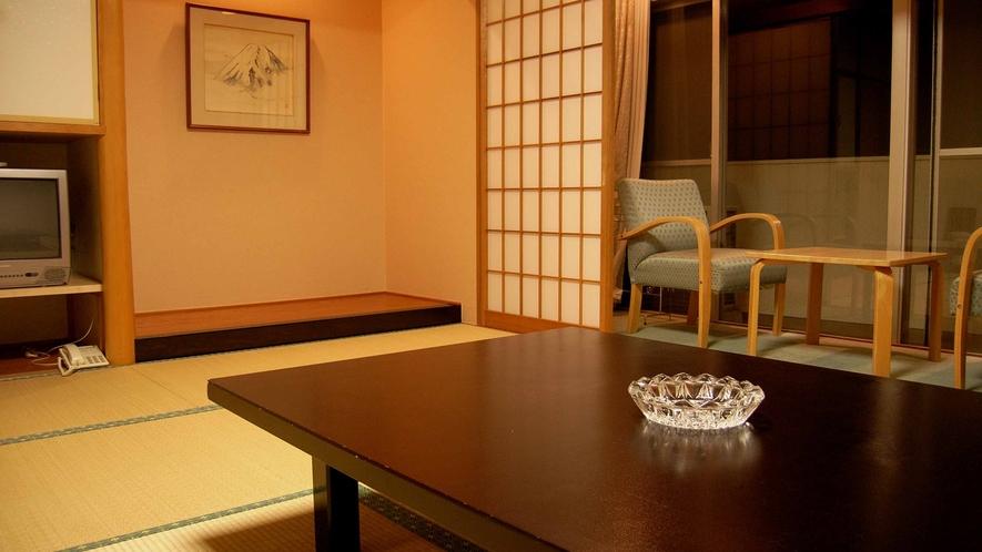 *ゆったりとした広さの和室は、窓を開けるとほのかな潮風を感じられます。島を感じてくださいね。