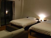客室(夜)