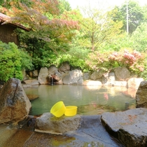 新平湯温泉かけ流しのひろびろ混浴露天風呂。四季折々美しい自然の中でゆったりどうぞ。