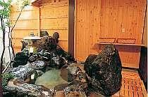 客室露天風呂岩