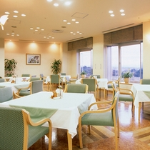 お食事会場は明るく眺めのいいレストランで!湖東平野を一望できます。