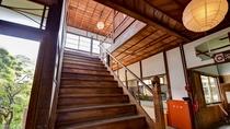*【階段】木の重厚感とどこか懐かしい雰囲気が漂います。