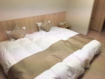 ベッド(120cm幅)を2台並べたハリウッドツインタイプ。お子様を間に添い寝も安心。(和モダン)