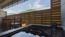 温泉露天風呂付スーペリア限定/石造りの露天風呂と客室の一部を石仕上げ