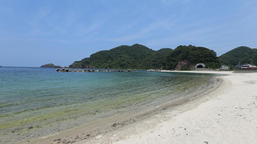【諸寄(もろよせ)海水浴場】白い砂浜が広がり、波が穏やかなビーチ