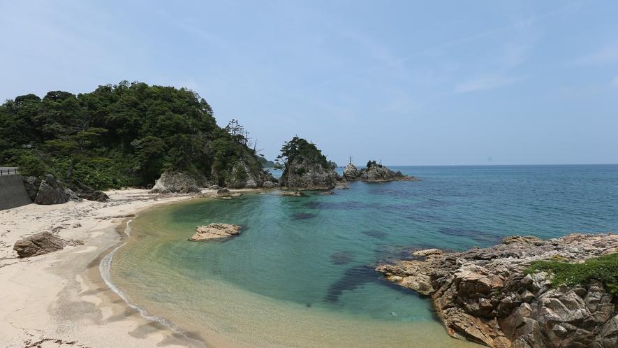 【東浜海水浴場】小さい洞窟の中を泳いだり、岩場で磯遊びや釣りも楽しめます