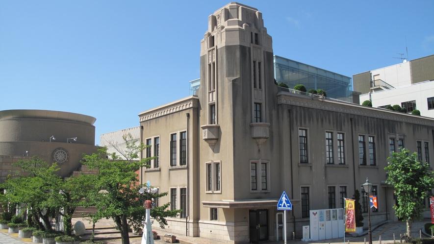 【鳥取童謡/おもちゃ館「わらべ館」】かつての鳥取県立図書館の外観を復元したレトロ調の建物