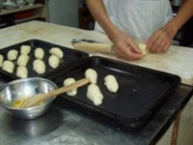 ロールパン作り ただ今成形中