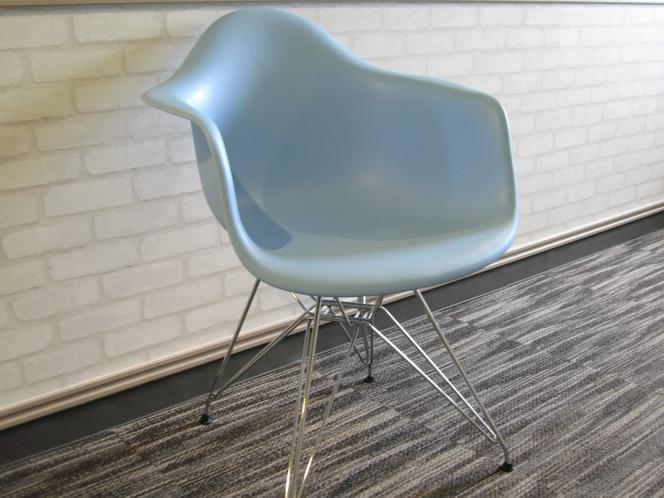 お部屋の椅子はイームズチェアー