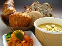 ご朝食はルームサービス、日替洋食セット、お客様ご指定のお時間にお部屋にお届け致します。