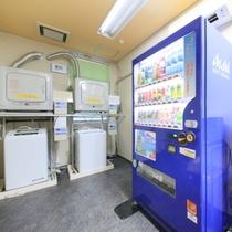 【ランドリーコーナー】電子レンジと自動販売機も設置しております。