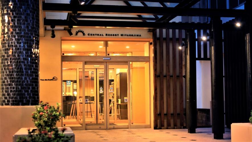 【ホテル外観】宮古島のメイン通り沿い!ビジネスにも観光にも抜群の好立地です。
