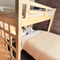 【ビジネスツインルーム】ロフトベッドをお荷物スペースとしても利用できます。