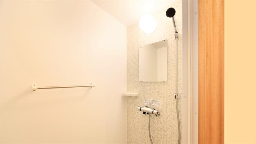 【新館ツイン】大きめのシャワーヘッドがついたシャワールームを備えております。