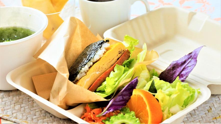 """名物""""スパムおにぎらず""""をメインに宮古島の食材を使用したBENTOBOX。"""