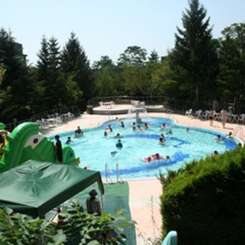 夏休み期間にオープンする屋外プール
