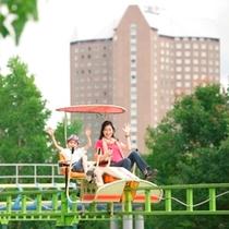 【遊園地】サイクルモノレール。高原の爽快感と緑の青さを楽しむことができるアトラクション