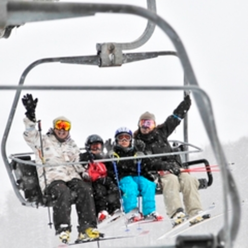 【ゲレンデ】家族でスキー。4人で並んでリフトに乗っちゃう♪ちょっと憧れです。