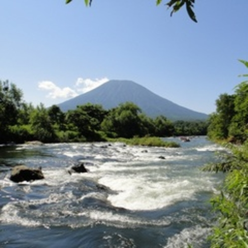 【アクティビティ】清流尻別川でラフティング体験。清流「尻別川」から見える羊蹄山