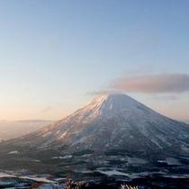 【ゲレンデ】冬の羊蹄山。ウエスト、イースト、イゾラ、3山どの山頂からも晴れた日には見ることができます
