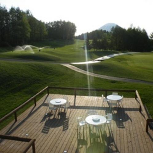 【ゴルフ場】リバーウッド/テラス席。爽快プレイの後にはのんびり景色を眺めながらのお食事も楽しめます。