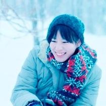 【滞在】雪に微笑む。冷たいけど柔らかな雪の感触にホッと癒される瞬間、なぜか笑顔になります。