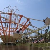 【遊園地】スイングアラウンド。飛行機状の遊具が回転しながら、いきなり水平近くまで上がったり、戻ったり