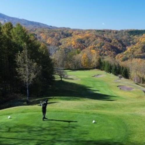 【ゴルフ場】秋のルスツリゾートゴルフ72。彩る木々と芝生のコントラストが美しい秋のゴルフ