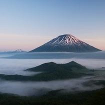 【羊蹄パノラマテラス】雲海に浮かぶ山々