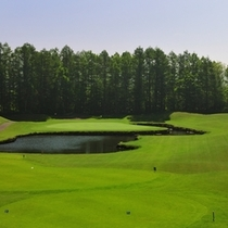 【ゴルフ】いずみかわコース6番ホール。池に囲まれた美しいショートホール。