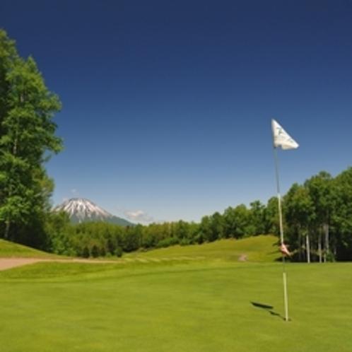 【ゴルフ】リバーコース10番ホール。グリーンから羊蹄山を望む。