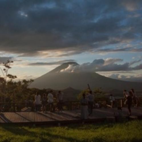 【羊蹄パノラマテラス】雲の切れ間から一瞬の太陽の光射し込む昼下がりの風景