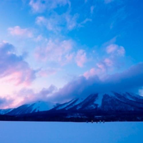 【アクティビティ】白い雪に包まれた山々と青い空、白い大地・・・北海道の大自然に囲まれた雄大な景観