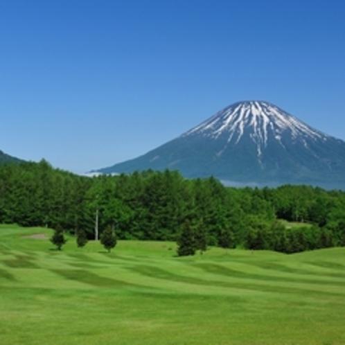 【ゴルフ】ウッドコース16番ホール。ティーグランドから眺める羊蹄山とホール全景