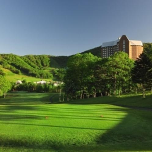 【ゴルフ】タワーコース9番ホール。ティーグランドからのホール全景&ホテル群。