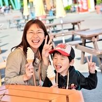 【遊園地】休憩タイムだって楽しい!ママと一緒にソフトクリーム♪