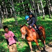 【アクティビティ】乗馬体験。緑の中を親子で乗馬。心も思い出も贅沢です。
