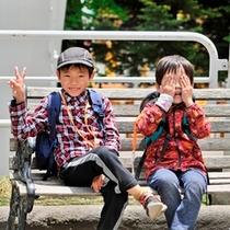 【遊園地】お兄ちゃんは満面の笑みでピースサイン!僕はカメラに向かって・・・いないいない〜・・・カシャ