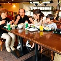 【食事】おじいちゃんおばあちゃんも集まってみんなで旅行、みんなでお食事♪