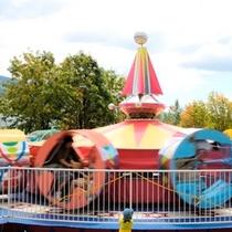 【遊園地】ツイスター。遊具が回りはじめると、円形の座席もフリコのように揺れます。