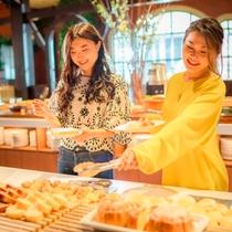 【朝食ブッフェ】ホテルメイドのパンコーナー ※オクトーバーフェストイメージ
