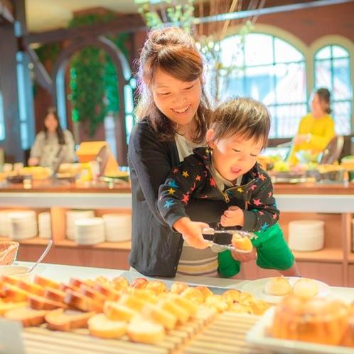 【朝食ブッフェ】ホテルメイドのパンコーナー ※オクトーバーフェストファミリーイメージ