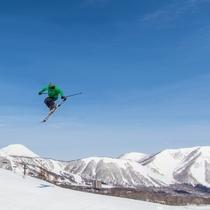 【ゲレンデ】青空バックにスキー!突き抜けるような青空の下で思いっきりジャンプ!