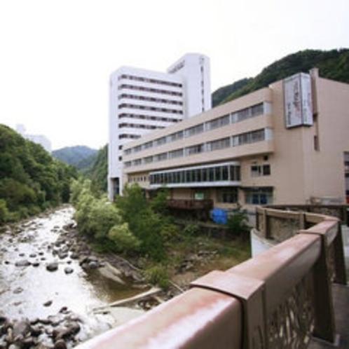 月見橋からのホテル外観