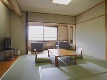 【タワー館 和室】10畳 窓辺の3畳ほどの広縁でゆったり過ごせます。