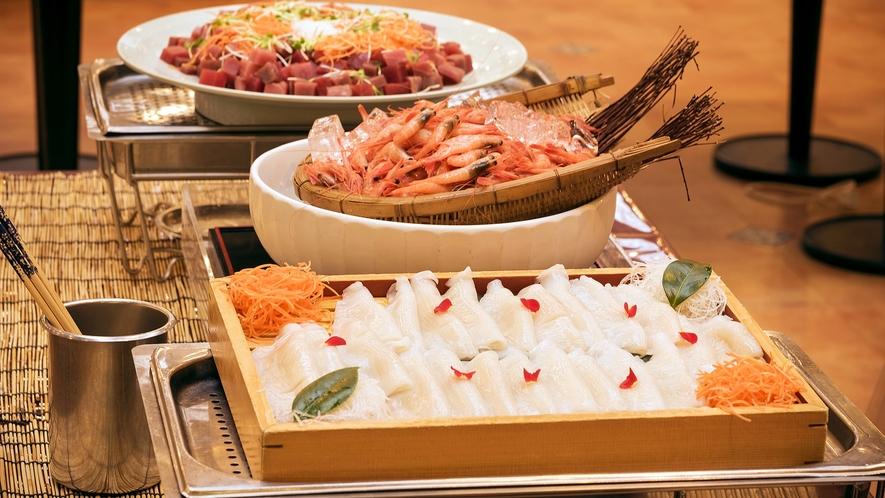 【夕食バイキング】新鮮なお刺身メニューも数多く並びます。