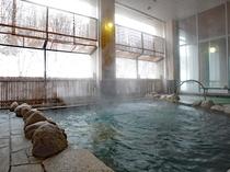 【冬の露天風呂】露天風呂から雪化粧の渓谷美を堪能。