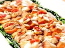 【秋のマルシェ】北海道産の秋鮭はとろけるチーズと相性抜群(メニュー例)
